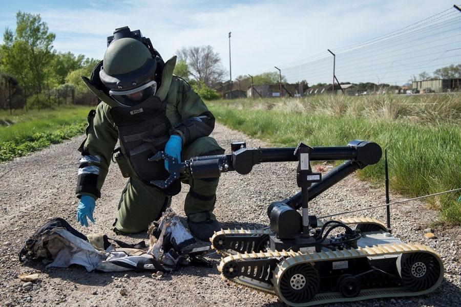 Des robots terrestres filoguidés pour des opérations de reconnaissance et de déminage